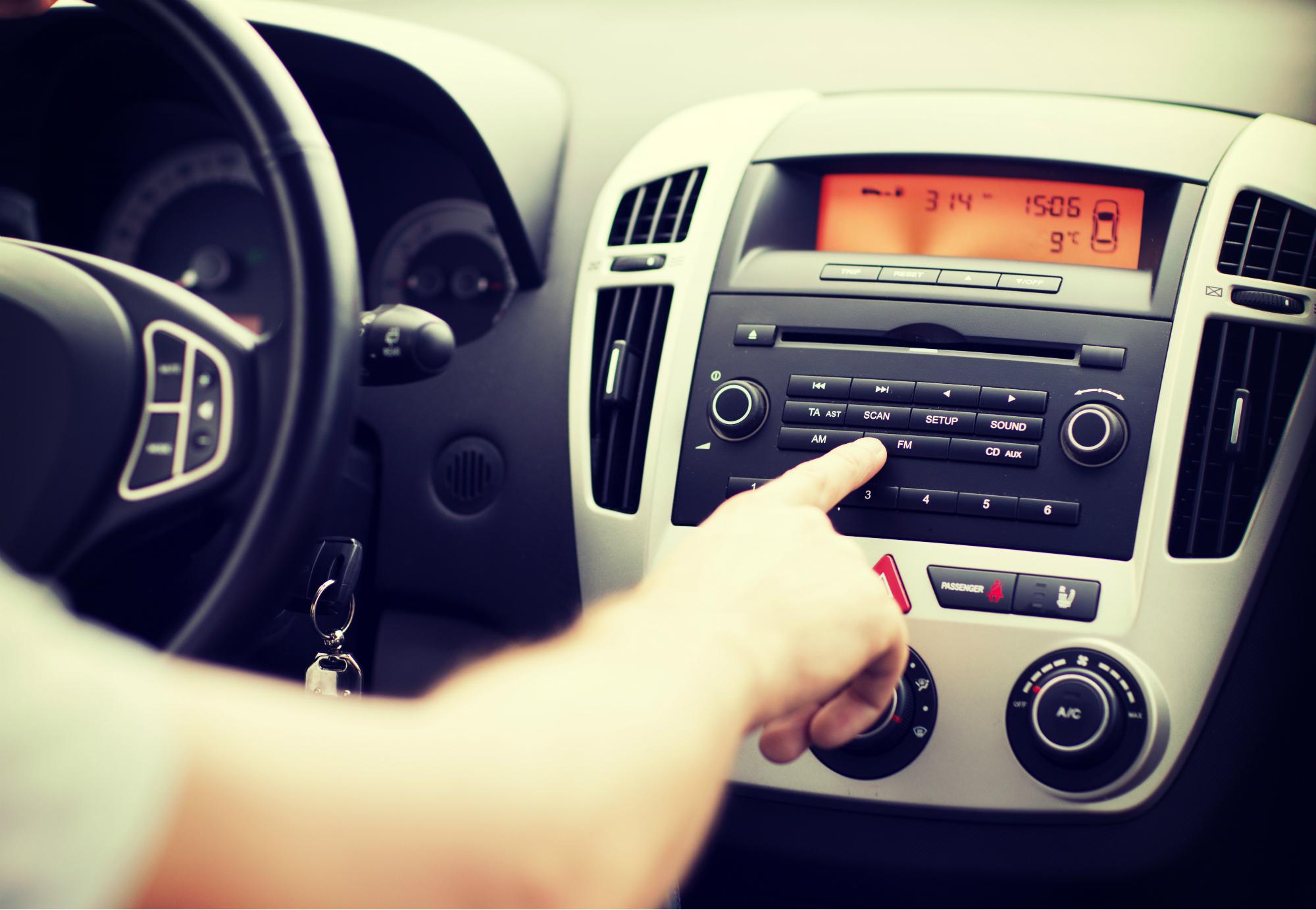 Persona sintonizando la radio