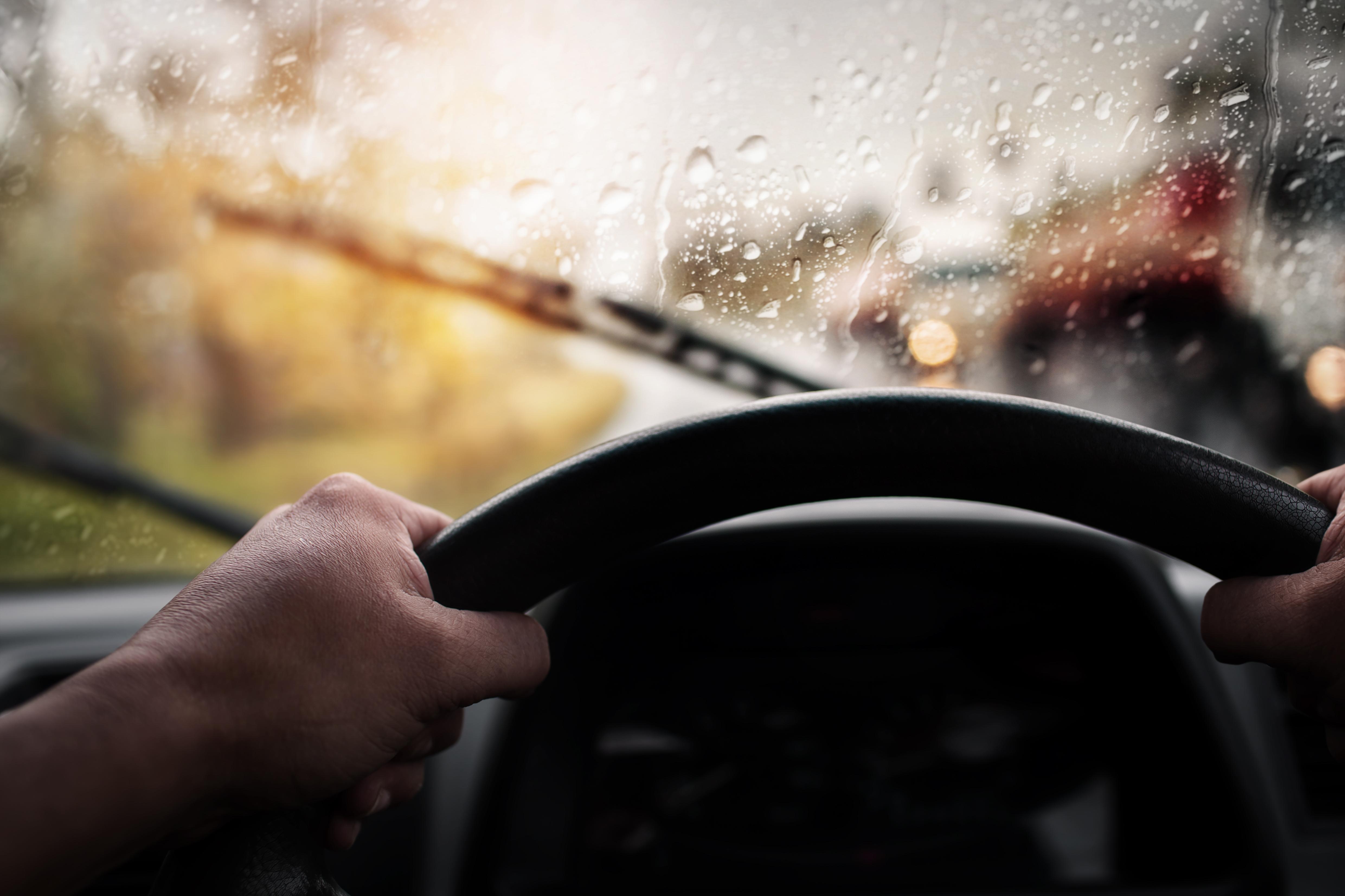 Conduciendo bajo una tormenta