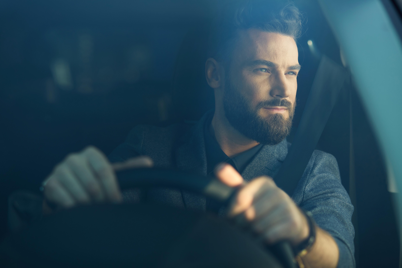 Conductor observando un incidente en la carretera